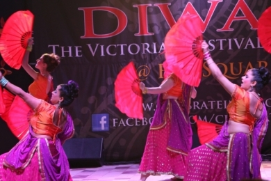 Diw2 Bollywood dancers circle red fans