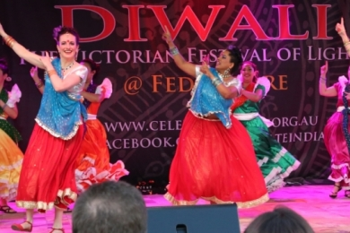 Diw2 El Salvadore and Bollywood dancers smile