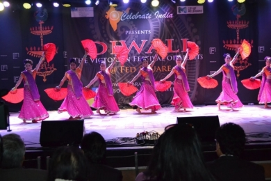 Diw2 Stunning Bollywood dance with red fans