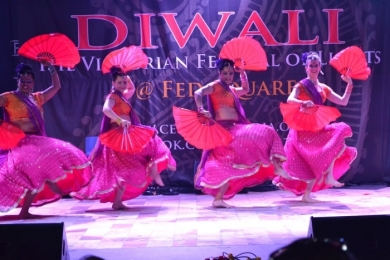 Diw2 red fans in Indian dance Diwali