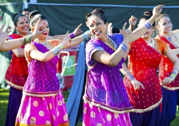 bollywood-dancers-multicultural-festival-min